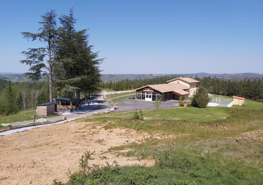 Domaine forestier avec villa, salle de séminaire et hébergements à vendre