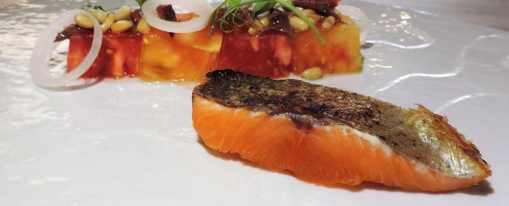 La truite en retour de pêche simplement aux tomates du potager